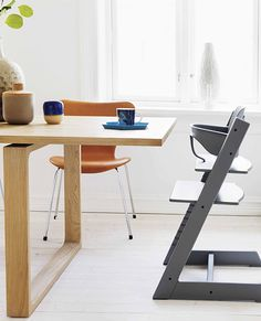 Essay table by Cecilie Manz and Series 7 chair by Arne Jacobsen from Fritz Hansen |  Trendenser -