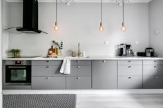 23 Charming Cottage Kitchen Design and Decorating Ideas that Will Bring Coziness to Your Home - The Trending House Kitchen Furniture, Kitchen Interior, Kitchen Dining, Kitchen Decor, Kitchen Cabinets, Brown Kitchens, Cool Kitchens, Hm Home, Best Kitchen Designs