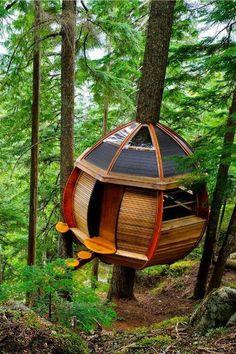 Tree house WHISTLER CANADA... casa na árvore moderna redonda chanfrada pequena em madeira e vidro com degraus em troncos fatiados                                                                                                                                                      More