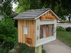 Here's a cool project you can do with kids in your neighborhood. Founders Tod Bol, Rick Brooks, and the rest of the folks at Little Free Library are building, well, little free libraries! Little Free Library Plans, Little Free Libraries, Little Library, Mini Library, Dream Library, Library Inspiration, Library Ideas, Street Library, Community Library