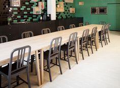 """Emeco 111 Navy Chaises salle charbon de bois une conjonctivite Studio à Anvers, en Belgique. L'intérieur intérêt non Mélange de """"conception et detend ..."""