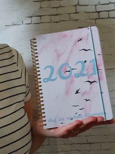 Auf der Seite, könnt ihr euren eigenen Taschenkalender gestalten. Wo wie du es haben möchtest. Modern in A4 oder A5 Notebook, Modern, Homemade, Trendy Tree, The Notebook, Exercise Book, Notebooks