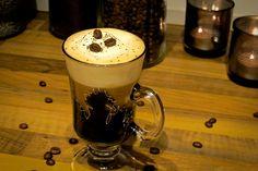Jamaican coffee er en perfekt avslutning på et måltid, eller når du bare ønsker noe godt. Den perfekte kaffen for alle som liker rom og pisket krem. Beer, Mugs, Tableware, Root Beer, Ale, Dinnerware, Tumblers, Dishes, Mug