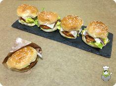 Receta de minihamburguesas de zanahoria y pollo. Aprende cómo preparar estas hamburguesas caseras a base de zanahoria y carne picada de pollo.