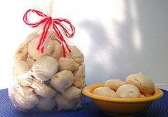 El nombre lo dice todo: los suspiros son galletas de merengue tan ligeras y crocantes que se te deshacen en la boca.