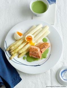 Lässige Eleganz steht weißem Spargel besonders gut: mit grüner Sauce und wachsweichem Ei einfach zum Dahinschmelzen.
