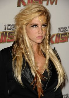 Now, I'm not a huge fan of Kesha, but I generally always dig her hair. I love the feather extensions, it's so bohemian hipster.