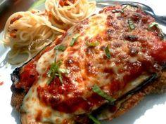 Plusieurs versions d'escalopes alla parmigiana fusent de partout dans le monde. Le terme parmigiano en italien veut dire parmesan et l'expression alla parmigiana veut dire à base de sauce tomate, parmesan et mozzarella. Il s'agit d'une spécialité italienne...