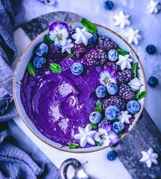 Healthy smoothie bowl ideas and smoothie bowl recipes for a healthy breakfast or healthy meal idea anytime. Healthy Smoothies, Smoothie Recipes, Shake Recipes, Fruit Smoothies, Cute Food, Yummy Food, Healthy Food, Kreative Desserts, Desserts Sains