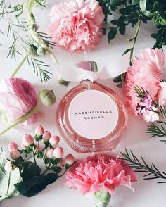 A Balvera já tem nas suas lojas a nova fragrância de Rochas Paris- o Mademoiselle Rochas, um perfume que traduz o espírito típico de uma jovem parisiense. Uma explosão de pétalas de rosa que se revela num aroma sedutor, demonstrando a sua elegância romântica e feminina  #balveraperfumarias #mademoisellerochas #rochasparis #newfragrance