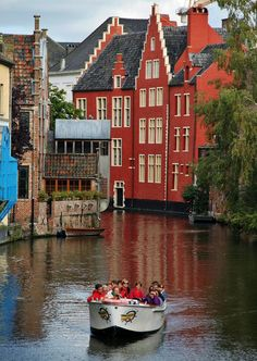 Challenge yourself with this Canal em Gante, Flandes, Bélgica ! Bacharach Germany, Holland Country, Travel Around The World, Around The Worlds, Belgium Europe, Ghent Belgium, Places To Travel, Places To Visit, Living In Europe