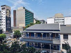 Mir hat es ja echt gut in Johannesburg gefallen! Ich war im Vorfeld ziemlich verunsichert weil man recht wenig Gutes über die Stadt hört.  Aber ich mochte es dort irgendwie. In meinem Air B&B in Melville habe ich mich super wohlgefühlt und in Melville so sicher wie nie in einer der Städte die ich in Südafrika besucht habe.  Einer meiner Highlights war für mich die Streetarttour durch #braamfontein und #newtown So viel tolle Kunst an jeder Ecke und ich mochte die #braamfonteinvibes sehr Smartphone Fotografie, Wanderlust, Super, Highlights, Multi Story Building, Mansions, House Styles, Instagram, Amazing