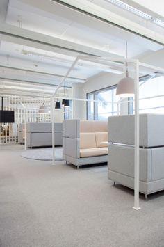 Inkoo Pro High -sohvat voidaan kaksiväriverhoilla, jolloin sohvan ilmettä on helppo muuttaa. Office Hacks, Office Inspo, Cool Office, Corporate Office Design, Corporate Interiors, Office Interiors, Office Cubicle, Office Workspace, Interior Work