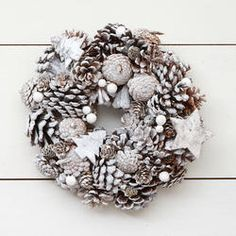 For years, door wreaths have been part of different Christmas festivities due to its pleasant and cheerful look. Furthermore, they are very easy to us. Woodland Christmas, Christmas Art, White Christmas, Pine Cone Decorations, Christmas Decorations, Holiday Decor, Fresco, Large Candles, Pine Cone Crafts