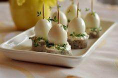 Wielkanocne koreczki z jajek przepiórczych i białej kiełbasy