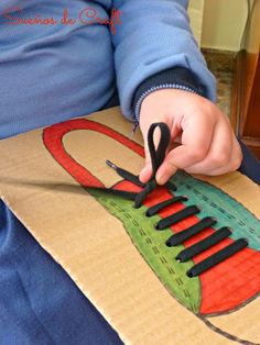 Spiel lernen Krawattenschuhe Kinder DIY Toys and Games - Kids Crafts - Educational Kids Activities j Toddler Learning Activities, Montessori Activities, Infant Activities, Kids Learning, Fine Motor Skills, Kids Education, Kids And Parenting, Kids Playing, Art For Kids