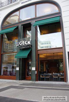 Links und Rechts neben dem Haupteingang kann nach belieben geöffnet werden. Unser vertikaler slide ermöglicht dies und bietet eine einmalige Ambiente des Wiener Innenstadt Lebens.