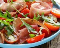 Salade de jambon de Parme, roquette et tomates minceur : http://www.fourchette-et-bikini.fr/recettes/recettes-minceur/salade-de-jambon-de-parme-roquette-et-tomates-minceur.html