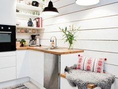 1-cuisine-blanche-laquéе-avec-tapis-coloré-dans-la-cuisine-mur-en-planchers-blancs