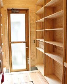 西矢倉の家 | キッチン裏にあるパントリー。両サイドに大容量の収納棚を設け、勝手口への通路も兼ねています。/床:無垢フローリング(杉)/壁:板張り(杉) /収納棚:製作 |滋賀県|木の家、自然素材の注文住宅|1級建築士事務所ウイズダムデザイン Kitchen Design, Bookcase, Shelves, House, Home Decor, Houses, Shelving Brackets, Shelving, Decoration Home