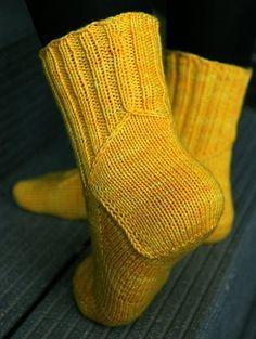Ulla 03/11 - Ohjeet - Florentine Crochet Socks, Knitting Socks, Knit Crochet, Boot Toppers, Wool Socks, Sock Shoes, Cool Patterns, Mittens, Free Pattern