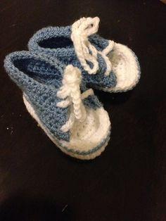 Chaussons bébé bleus façon basket taille 3 mois  réalisés au crochet