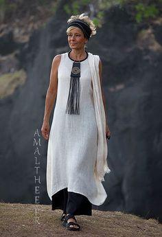 Longue tunique Lili en voile de lin couleur naturelle sur pantalon large évaséen beau lin noir