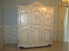 Armadio stile provenzale, in legno massello, decorato a mano