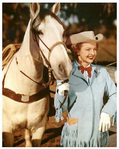 *DALE EVANS ~ and Buttermilk.My dad and I went to see Dale and Roy Rogers in L. I still remember them riding their horses. But I can't remember Roy's horse's name? Guess it's a senior moment! Vintage Cowgirl, Cowboy And Cowgirl, Vintage Tv, Cowgirl Style, Vintage Glamour, Cow Girl, Cow Boys, Gaucho, Dale Evans