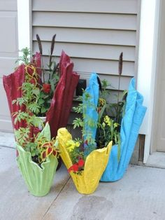 Instead of tossing old towels, make these Towel Wrapped Textured Planters Cement Flower Pots, Diy Concrete Planters, Concrete Garden, Diy Planters, Recycled Planters, Succulent Planters, Planter Ideas, Succulents Garden, Cement Pots