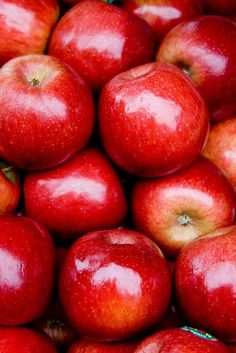 fruit has natural sugars and fiber, cake does not. A good option, buy seasonal and during sales raw apples. fruit has natural sugars and fiber, cake does not. A good option, buy seasonal and during sales Fruit And Veg, Fruits And Vegetables, Fresh Fruit, Fruit Water, Fresh Apples, Photo Fruit, Food Photo, Apple Health Benefits, Simply Red