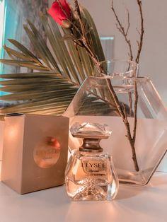 Resenha do perfume Elyseé Eau Parfum do O'Boticario, que realça a sofisticação e o glamour da mulher 🥰 Dior Perfume, Glass Vase, Daisy, Skin Care, Avon, Instagram, Beauty, Smell Good, Creative Gifts For Boyfriend
