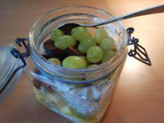 Nach dem Spaziergang mit dem Hund gab es für Anne im Büro Overnight-Müsli mit Apfel, Kiwi, Passionsfrucht, Pflaume, grünen Weintrauben, selbstgemischtem Müsli, Chia-Samen und Sojajoghurt.