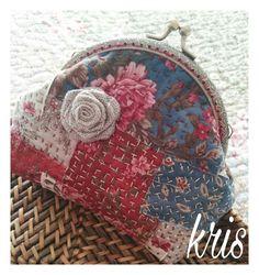 Desde que probé esta técnica no he dejado de hacer distintos proyectos con ella, esta vez otro monedero de boquilla.     me gusta mucho el ... Diy Purse, Tote Purse, Quilting Projects, Sewing Projects, Boro Stitching, Embroidery Purse, Frame Purse, Handmade Handbags, Japanese Embroidery