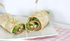 """Vandaag beginnen we de week extra goed, met een heerlijk en verrassend lunch-idee. Een omelet rol gevuld met zalm en avocado, afgemaakt met zacht botersla, een pittig bosuitje en wat smaakvolle pijnboompitjes. Geloof me wanneer ik zeg dat deze lekkere, gezonde en koolhydraatarme lunch jouw dag een boost gaat geven!... <a href=""""http://cottonandcream.nl/omelet-rol-met-zalm-en-avocado/"""">Read More →</a>"""
