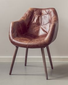 Tøff og stilig Old Amsterdam spisestol med armlener. Stolen er trukket i vintage skinn og har et historiskt og rustikt preg! Mål:Bredde 62 cmDybde 66 cmHøyde 84 cmSittehøyde ca 46 cm Materiale:SkinnBen i eik Vedlikehold:Vi anbefaler bruk av Elephant Leather Cream. Produktet beskytter, mykner og impregnerer skinnet for ekstra beskyttelse mot slitasje og uttørkning.