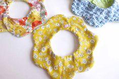 何枚あっても便利なベビーグッズのひとつが、赤ちゃんのよだれを吸い取って、洋服や周りが汚れるのを防いでくれる『ベビースタイ』です。 エプロンのように首から下げるものや、昔話の金太郎のような前掛け風、食べこぼし用のポケットが […] Easy Baby Sewing Patterns, Dog Collar Bandana, Womens Scarves, Diy For Kids, Baby Kids, Crochet Earrings, Handmade, Crafts, Diy Baby