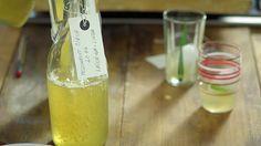 Meduňkový sirup na spaní — Recepty — Herbář — Česká televize Voss Bottle, Water Bottle, Jam And Jelly, Healthy Salad Recipes, Health Advice, Smoothies, Beverages, Food And Drink, Homemade