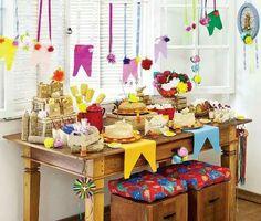 Mesa colorida para decoração de Festa Junina.