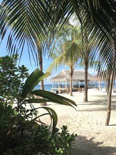 Es gibt nicht viele Orte, an welchen mir Worte so überflüssig erscheinen wie Schuhe. Helengeli Island auf den Malediven ist einer davon. Am anderen Ende der Welt vergesse ich all das ziemlich schnell, was mir zu Hause noch wahnsinnig wichtig erschien. Auf Inseln verliere ich zudem jegliches Zeitgefühl. Ich fühle mich erleichtert, leicht und lebendig. Im Paradies, von meinen Lieblingsfarben umgeben und mit dem sanften Rauschen des Meeres in meinen Ohren, verstärken sich die Sinneseindrücke…
