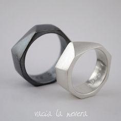 Alianzas en plata de ley con forma geométrica. Este es un producto hecho a mano por lo que cada anillo puede ser ligeramente diferente que el otro.