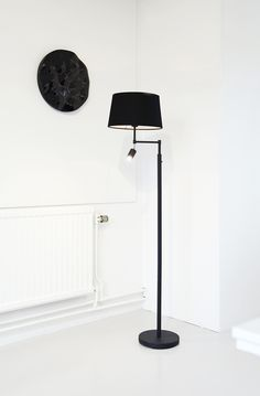 Golvlampa Ohio i svart, finns också i mässing. Floorlamp Ohio in black, the same model also in brass.
