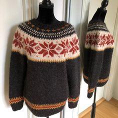 En variant av #stjørnugenseren Here is another version of the Stjørnu sweater. * * * #alafosslopi #icelandicsweater #strikke #strikkegenser…