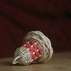 Christmas Baskets, Diy Christmas Tree, Handmade Christmas, Christmas Ornaments, Rattan, Wicker, Weaving Designs, Paper Crafts, Diy Crafts