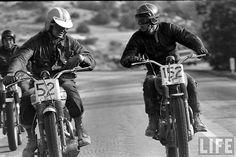 Bud Ekins et Steve McQueen en pleine discussion sur leurs Triumph - 1963 © photo by : John Dominis
