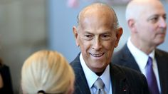 Legendary fashion designer Oscar de la Renta, who dressed generations of celebrities in red carpet and evening gowns, has died after battling cancer at 82.