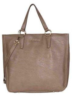 Tote bag de piel en color camel, perfecto para viajes o largos días de shopping.