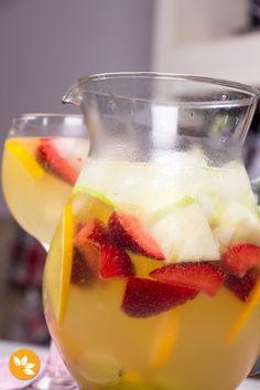 Receita Refrescante de Clericot para festas. Com morangos, uvas, abacaxi, laranja, maça verde e pêssego!