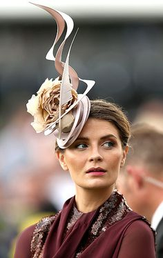 Mischa Barton wore a fascinator when she attended the Melbourne Cup at Flemington Racecourse in Melbourne, Australia, Nov. Silly Hats, Fancy Hats, Cool Hats, Race Day Fashion, I Love Fashion, Melbourne Cup Fashion, Mischa Barton, Spring Racing, Derby Day