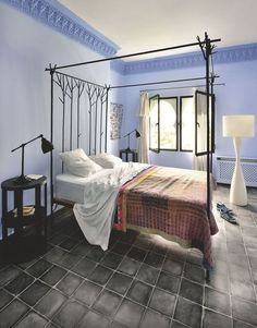 Cascade de bleu dans cette chambre lumineuse. Plus de photos sur Côté Maison http://petitlien.fr/84xd